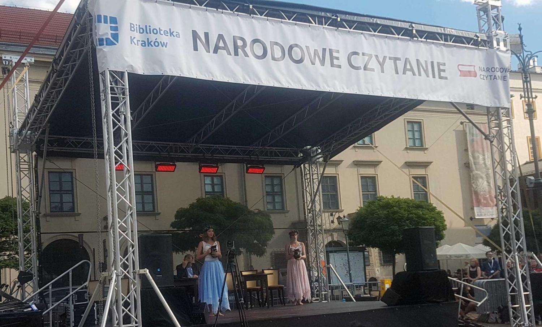 """Fragmenty """"Balladyny"""" ze spektaklu Krzysztofa Pluskoty w czasie Narodowego Czytania na pl. Szczepańskim"""