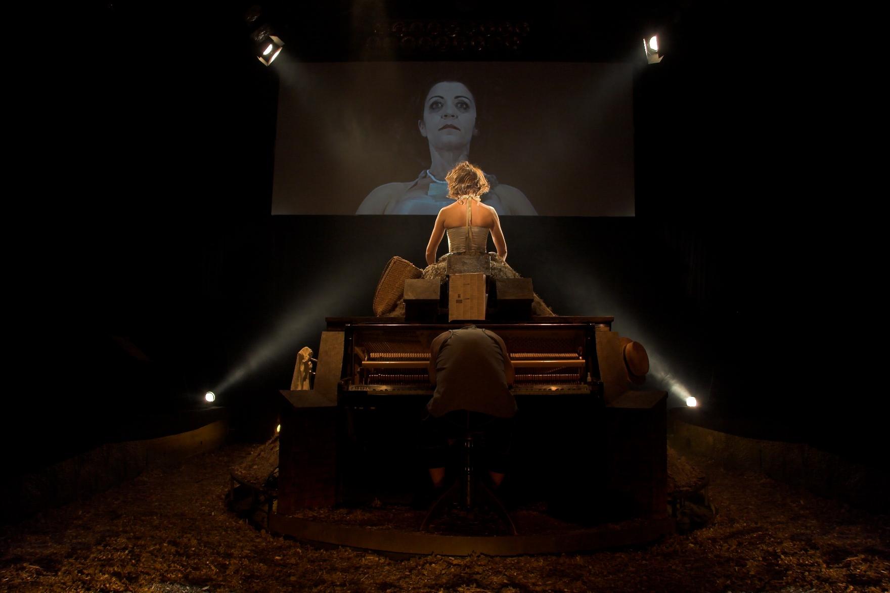 B.Rybotycka jako Winnie w Szczesliwych Dniach Teatr STU fot. Pawel Nowoslawski2 male